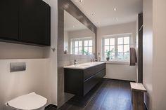 Kontrasterne giver badeværelset kant  #huscompagniet #inspiration #indretning #husbyggeri #indretning #nybyg #husejer #nythus #typehus #badeværelse #bad