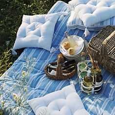 padded picnic rug from the white company Outdoor Fun, Outdoor Dining, Picnic Blanket, Outdoor Blanket, Picnic Decorations, Fresco, Vintage Picnic, Summer Fun, Summer Goals
