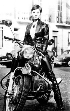 "designerleather: "" Always some lobe for a biker girl "" - Biker Chic - Motos Bmw Cafe Racer, Cafe Racer Girl, Cafe Racers, Motos Bmw, Bmw Motorcycles, Vintage Motorcycles, Motos Retro, Motos Vintage, Bmw Boxer"