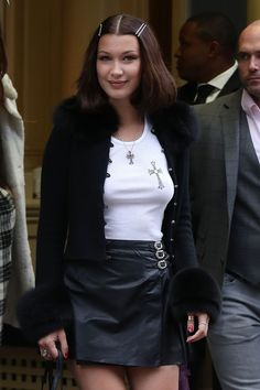 Bella Hadid Just Made Your Favorite Childhood Hair Accessory Look SO Chic - Outfit Party Hip Hop Themes Style Bella Hadid, Bella Hadid Outfits, Fashion Models, Girl Fashion, Fashion Outfits, Fashion Trends, Fashion Weeks, Vogue Fashion, Chic Outfits