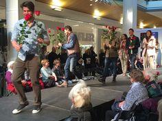 Rafael Beult macht seinem Titel alle Ehre: er verteilt Rosen ans Publikum.