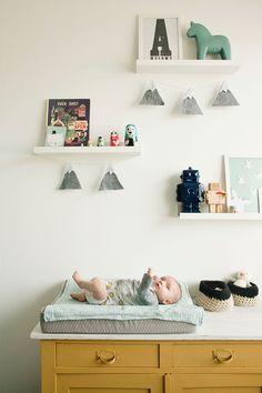 babykamer inspiratie; babykamer jongen; binnenkijken; babykamer; vintage babykamer; babykamer scandinavisch; blauw; mint; vintage; scandinavisch; hout; houten wand; houten muur; zelf maken; diy; lightbox; jute vloerkleed; aankleedkussen; nachtlampje; robot; ledikant; wieg; deken; eames daw stoel; noodoll; fresk; sissy boy; jollein; hk living; kinderkamer; kinderkamer accessoires; babykamer accessoires