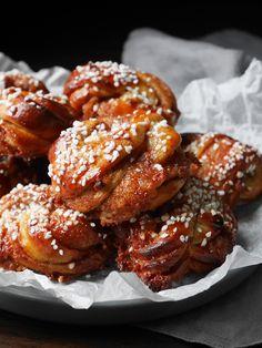 kanelbullar-2 Bread Bun, Piece Of Cakes, Dessert Recipes, Desserts, Chicken Wings, Cinnamon, Sweets, Meat, Cooking