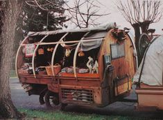 """The Gypsies have been using Caravans since They used to call it """"Vardo"""" which came from the Iranian word """"vurdon"""" meaning cart. The caravans were made of Oak, Elm, Walnut or Pine wood and were painted and decorated with gold leaves. Gypsy Trailer, Gypsy Caravan, Gypsy Wagon, Caravan Shop, Tiny Trailers, Vintage Trailers, Camper Trailers, Travel Trailers, Retro Campers"""