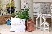 Zobacz zdjęcie dekoracyjna prowansalska butla, eleganckie poduszki, drewniane szklarenki