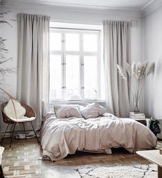 Great 4 Ways To Decorate Using Pampas Grass - Vardagsrum Diy - Great 4 Ways To Decorate Using Pampas Grass # Great 4 Ways To Decorate Using Pampas Grass - Guest Bedroom Decor, Farmhouse Bedroom Decor, Small Room Bedroom, Home Bedroom, Interior Exterior, Home Interior, Interior Design, Grass Decor, Minimal Bedroom