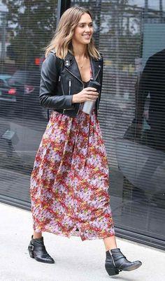 Street style look com vestido e jaqueta couro.