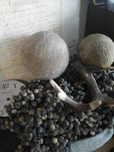 DIY robuuste decoballen gemaakt van foam, muurvuller en zand.