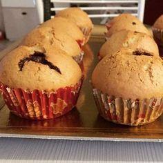 I muffin con il cuore sono deliziosi e soffici dolcetti monoporzione, nascondono un goloso e cremoso ripieno di cioccolato! Biscotti, Waffles, Muffins, Cupcakes, Breakfast, Desserts, Food, Crepes, Bite Size
