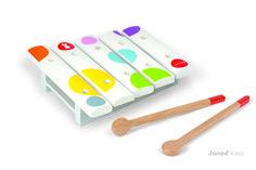JANOD malý drevený xylofón Confetti Mini Xylo je krásny hudobný nástroj z dreva vhodný pre deti od 12 do 36 mesiacov. Detský xylofón má bielu farbu s bodkovaným vzorom, jeho rozmery sú 13,5*14,5*13,5cm