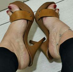 Feet Soles, Women's Feet, Wooden Sandals, Gorgeous Feet, Sexy Toes, Hot Heels, Shoe Art, Bare Foot Sandals, Sexy Outfits