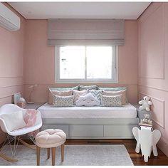 Baby Bedroom   Boiserie em um quarto pra lá de fofo. Gavetas na parte inferior da cama ótima opção para quartos pequenos. (Projeto Si Saccab   Foto Mari Orsi)  Repost @larissacatossiarquitetura