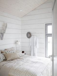 Beautiful scandi white bedroom with Deer shelf in white by BEdesign. Interior design by Jonna Kivilahti. Beautiful scandi white bedroom with Deer shelf in white by BEdesign. Interior design by Jonna Kivilahti. Modern Cabin Interior, Modern Cottage, Modern Homes, Kitchen Interior, Modern Log Cabins, Log Home Decorating, Decorating Kitchen, Decorating Ideas, Inexpensive Home Decor