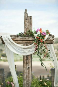 We love this ceremony idea! What a gorgeous rustic cross with beautiful florals. We love this ceremony idea! What a gorgeous rustic cross with beautiful florals. The Casitas Estate, Arroyo Grande, CA. Rustic Cross, Wedding Cross, Rustic Wedding, Diy Ostern, Easter Cross, Decoration Table, Easter Wreaths, Happy Easter, Floral Arrangements