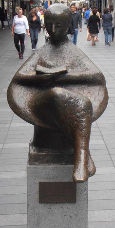 """Rotterdam, Korte Lijnbaan. """"Lezend meisje"""". 1960 - Huib Noorlander. Brons."""