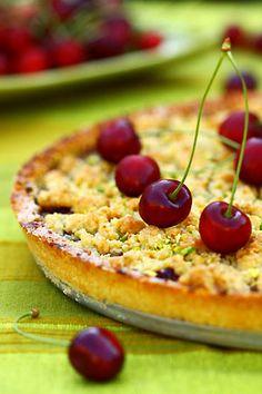 Tarte-crumble aux cerises et aux pistaches - Cuisine Campagne  (avec une super astuce pour garder les pâtes à tarte sèches avec des fruits à jus)