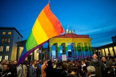 Gay-Pride-Paraden: In Berlin Hunderttausende gedenken der Opfer von Orlando ---- Gay Pride Parades: In Berlin, hundreds of thousands commemorate the victims of Orlando