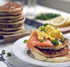 Una merienda/cena rica y con consistencia: Blinis con huevos revueltos y salmón ahumado