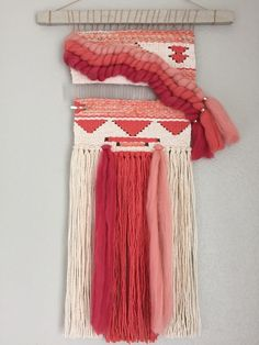 On sale// Coral and Ivory Woven Wall Hanging / por ShellySazdanoff