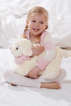 Kuschelige Geschenkidee zu Ostern: Originelle Öko-Wärmflaschen für Kinder. Ein besonderer Clou ist die Kinderwärmflasche, die sich mit einem Handgriff vom Kuschelkissen in ein kuscheliges Schaf verwandelt. Foto: djd/Hugo Frosch