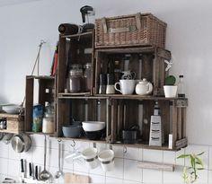 küchenregal aus weinkisten und palette.
