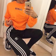 The classic Adidas pants have gotten a major upgrade so take a look at some of our favorite Adidas pants outfits. Lazy Day Outfits, Chill Outfits, Sporty Outfits, Everyday Outfits, Trendy Outfits, Winter Outfits, Cute Outfits, Cute Addidas Outfits, College Outfits
