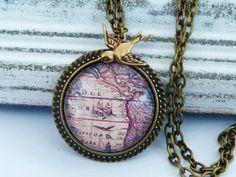 Diese elegante Halskette besteht  aus einer massiven bronzefarbenen Metallfassung und einem handgearbeiteten Glas Cabochon mit schönem Motiv mit Weltkarte. Der kleine Schwalben Anhänger rundet das...