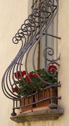 Asti, an der Piazza Cattedrale - Bestpin Iron Window Grill, Window Grill Design, Wrought Iron Decor, Wrought Iron Gates, Wrought Iron Window Boxes, Window Bars, Balcony Railing Design, Iron Windows, Iron Balcony