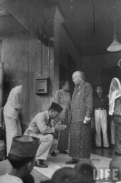 28 Beautiful Images Of Batik In Indonesian History Vintage Photographs, Vintage Photos, Philippines, Indonesian Art, Dutch East Indies, Asian History, Great Leaders, Founding Fathers, Old Photos