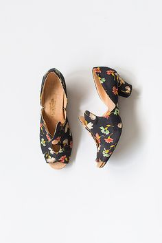 Name:Court of Lorraine Heels Absolutely beautiful and should really belong in a museum! Vintage 1930s black and peach satin slippers with coral, jade green, and white scattered floral print.