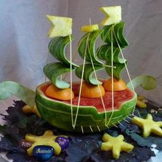 Pirate or bon voyage party.Food Art - cake isn't the only food medium that can be manipulated into something different. Very cool MásRaw dinner - A Mayflower reproduction in raw fruit! Michael Roizen ~ Only YOU have the power to control what goes i L'art Du Fruit, Fruit Art, Fruit And Veg, Fruit Salad, Watermelon Boat, Watermelon Carving, Watermelon Cakes, Watermelon Sorbet, Fruit Creations