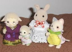d_fi_couture_tabliers_les_4 Sylvanian Families, Family Outfits, Jouer, Doll Clothes, Teddy Bear, Dolls, Knitting, Crochet, Pattern
