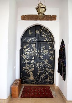 Posts about Elle Decor written by Julie Grant Weiss Morrocan Interior, Morrocan House, Moroccan Doors, Suitcase Decor, Arch Doorway, Interior Decorating, Interior Design, Global Design, Entry Foyer