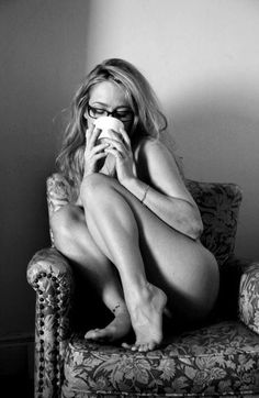 Femme nue sur un fauteuil avec une tasse #naked #chair #cup #femmes #nu #nue #tasse