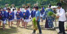 Handing out the rice seedlings that will be tossed onto the trays held aloft by the white-robed unari as offerings for a bountiful harvest.