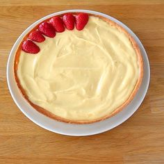Strawberry tart - taarten - aardbeientaart met banketbakkersroom Informations About Tarte aux fraises Pin You can easily use my - Easy Dessert Bars, Quick Easy Desserts, Fancy Desserts, Summer Dessert Recipes, Healthy Dessert Recipes, Cake Recipes, Food Cakes, Chocolate Recipes, Sweet Recipes