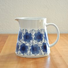 arabia finland malva pitcher - i have the plain white version. Would have loved this though Blue And White China, Love Blue, Porcelain Ceramics, Ceramic Pottery, Carafe, Mid Century Modern Kitchen, Scandinavian Design, Tea Pots, Retro Vintage