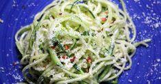 Einfaches und gelingsicheres Rezept für Zucchinispaghetti aglio e olio - Zoodles mit Knoblauch, Olivenöl und Parmesan