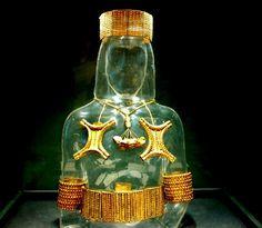 Tesoro tartésico de El Carambolo (Camas, Sevilla). Forma en la que eran utilizadas las joyas de oro.
