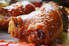 Compartilhe!Eisbein, o joelho de porco, é um dos pratos mais apreciados da culinária alemã. Não à toa. Com uma carne extremamente macia e saborosa, comer um eisbein acompanhado de outros ícones da gastronomia germânica, como o chucrute e a bockwurst, é uma experiência para se guardar. O eisbein pode ser encontrado fresco e defumado, sendo  …  Continue reading →