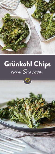 Mach Chips aus deinem Grünkohl: Kohl mit Öl und Gewürzen vermengen und im Ofen backen - fertig sind die selbstgemachten Low-Carb-Snacks.