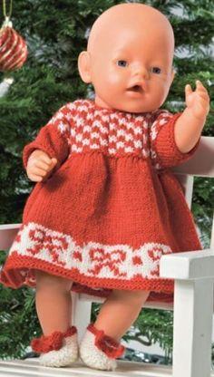 Fint julesæt til dukken Knitting Dolls Clothes, Knitted Dolls, Doll Clothes Patterns, Doll Patterns, Clothing Patterns, Knitting Patterns, Knitting For Kids, Knitting Projects, Baby Knitting