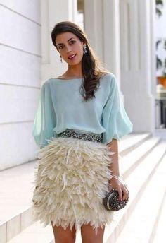 Ropa de invitadas de boda: Looks alternativos a los vestidos - Falda de plumas con top turquesa