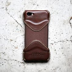 NEW ARRIVAL - ROBERU iPHONE SE/5S CASE 義大利皮革版本Roberu iPhone SE Case到著了圖中是Arizona Choco配色皮革於義大利Toscana天然鞣製再由日本橫浜Roberu工匠全手工精製iPhone 5及5s同樣合用另亦備有iPhone 6/6s及6/6s Plus尺寸全部於Modern Times上環店現貨發售中 ________________________________ Modern Times - The Official Worldwide Shipping Online Store of Roberu WE SHIP WORLDWIDE FREE LOCAL SHIPPING ON ALL ORDERS FREE SHIPPING ON OVERSEAS ORDERS OVER HKD1000 www.moderntimes.hk @roberuiwamoto @moderntimeshk ________________________________ #RoberuJP #Roberu…