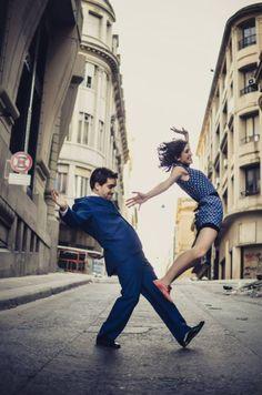 Manuel Bicain y Mariel Gastiarena desafían la gravedad. Swing porteño.