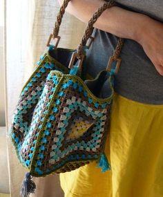 Favolosa borsa colorata molto giovanile: è lavorata all'uncinetto con dei quadretti. E' molto facile da realizzare.