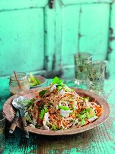 Salads don& have to boring, as this delicious bang bang chicken noodle salad from Slimming World proves! Veggie Recipes, Diet Recipes, Chicken Recipes, Cooking Recipes, Healthy Recipes, Recipies, Low Carb Chilli, Bang Bang Chicken, Slimming World Diet