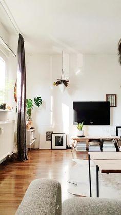 Willkommen im natürlichen Wohnzimmer von Solevita auf COUCHstyle!  Entdecke noch mehr Wohnideen auf COUCHstyle #living #wohnen #wohnideen #einrichten #interior #COUCHstyle #parkett #TV #Fellteppich