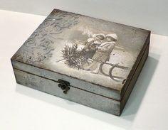 Decoupage Box, Decoupage Vintage, Vintage Tins, Decor Crafts, Wood Crafts, Diy And Crafts, Christmas Decoupage, Diy Tassel, Altered Boxes