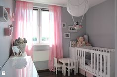 Urządzanie pokoju lub kącika dla niemowlaka jest jednym z największych wyzwań przyszłych rodziców. Najczęściej aranżację rozpoczynamy, kiedy poznamy płeć dziecka, by móc dobrać odp ...